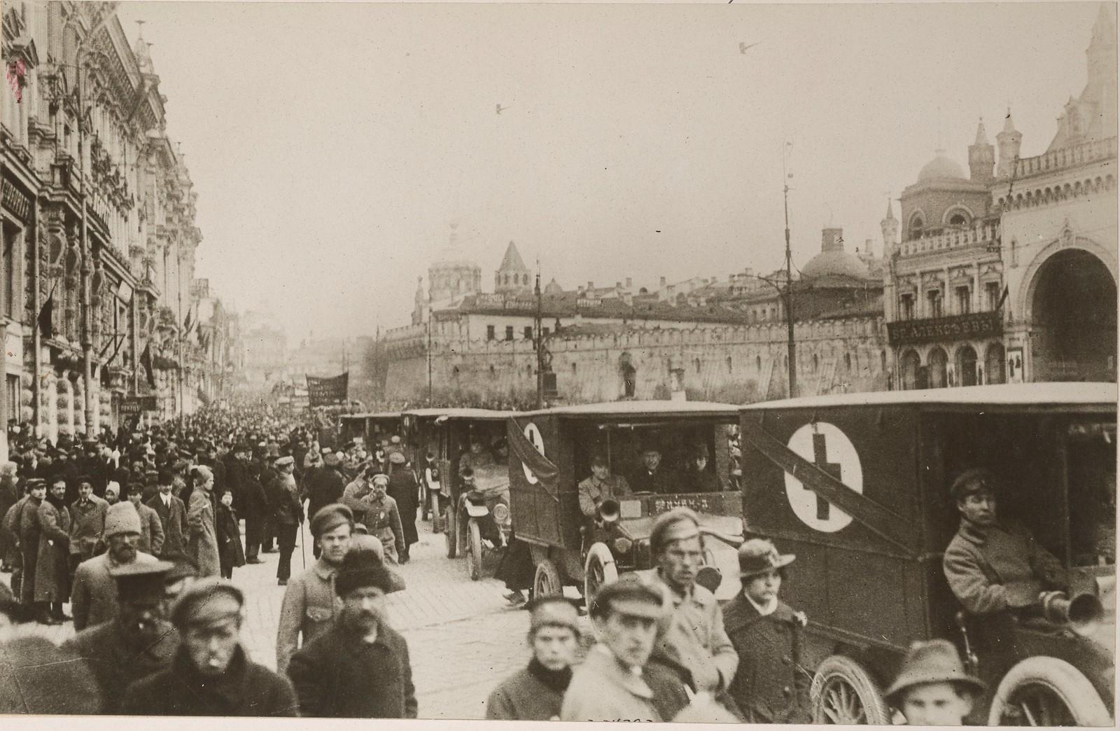 1917. Машины скорой помощи Санитарного корпуса на улицах Москвы.