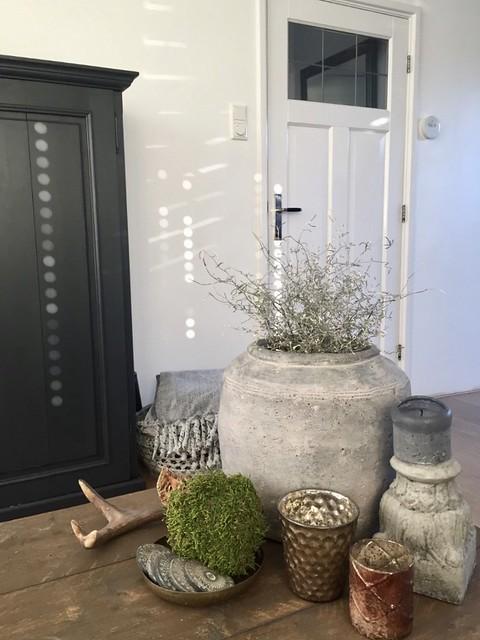 Grijze potten mosbal windlicht salontafel