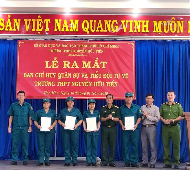 Lễ ra mắt tiểu đội tự vệ trường THPT Nguyễn Hữu Tiến