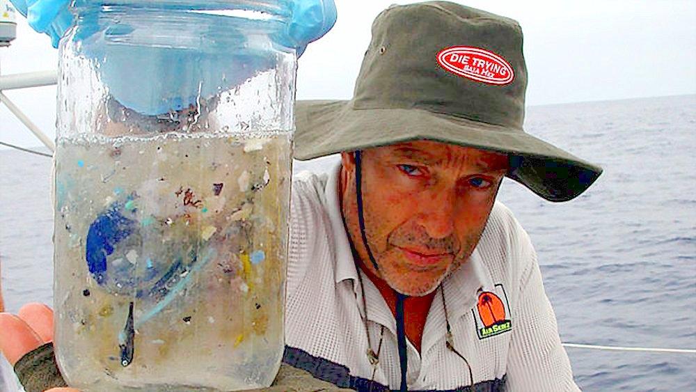 Чарльз Мур демонстрирует содержание забортной воды