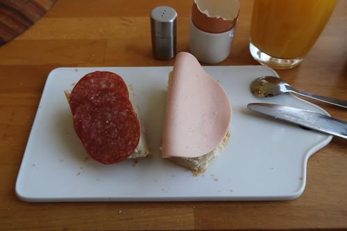 Salami und Schinkenwurst auf aufbackenem Baguette