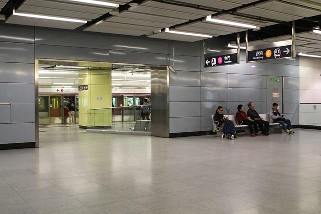 Passageway at Nam Cheong station linking the Hong Kong-bound Tung Chung line platform to the Tuen Mun-bound West Rail line platform