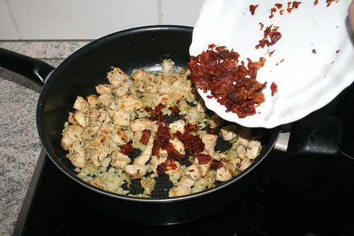29 - Speckbrösel in Pfanne geben / Put crumbled bacon in pan