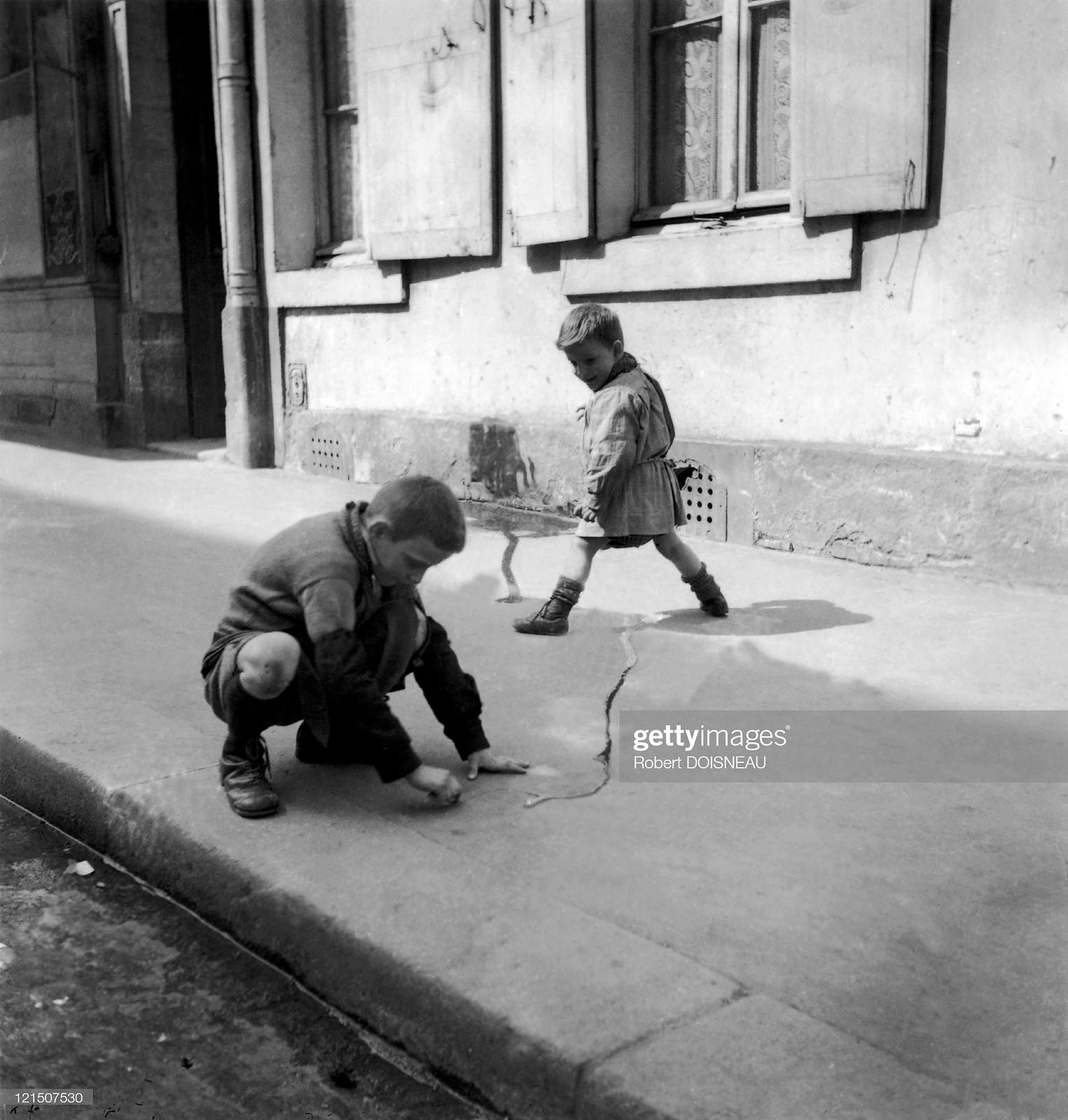 1934. Дети играют на асфальте