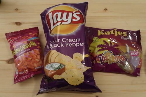 Honigmelone, Cashew-Erdnuss-Mix mit Honig & Salz und Gebäckstangen mit Gouda, Lay's Sour Cream & Black Pepper Chips und Katjes Family Los Tropos
