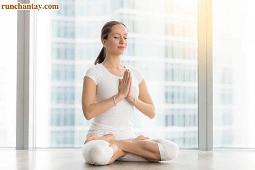 Tập yoga hay ngồi thiền sẽ giúp ổn định tâm lý, từ đó hỗ trợ cải thiện run tay hiệu quả hơn