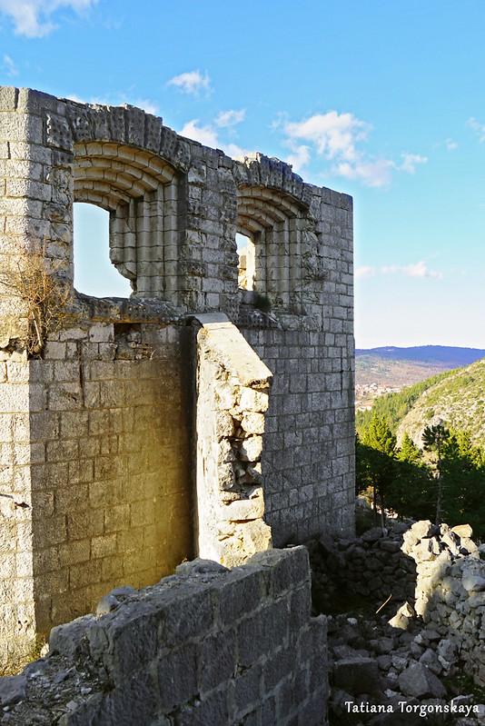 Вид снаружи на одну из стен Верхнего города