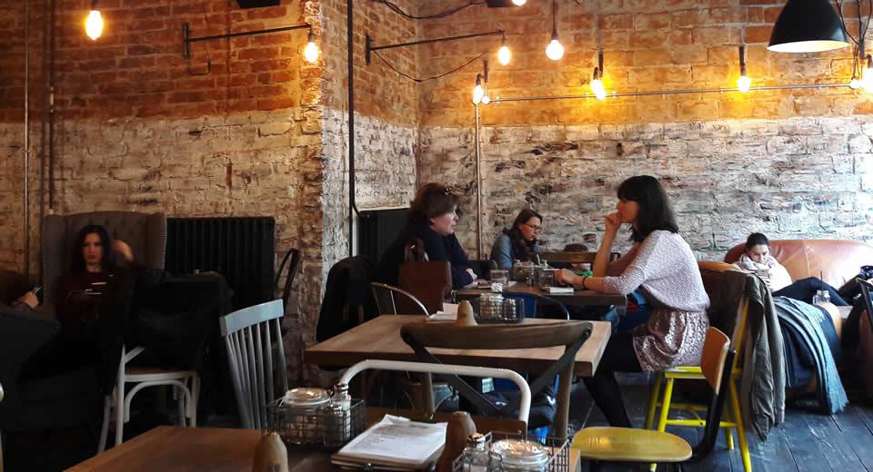Bratislava in één dag: koffie drinken bij Urban House | Mooistestedentrips.nl