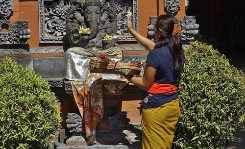 INDONESIEN, Bali , Galerie in Ubud, Opfergaben für Ganesh und Co, 17966/11193