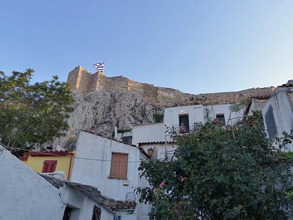 derrière anafiotika, l'Acropole