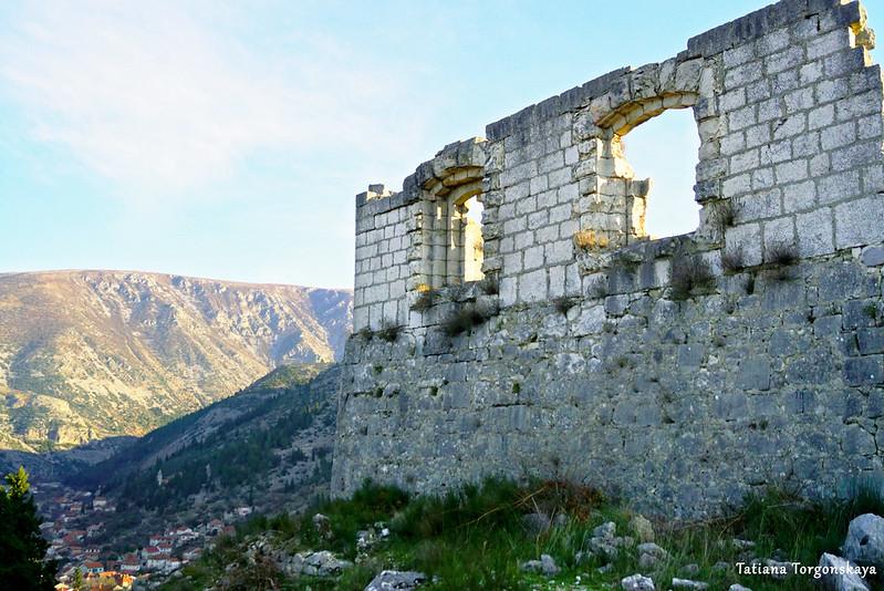 Пейзаж с крепостной стеной верхнего уровня