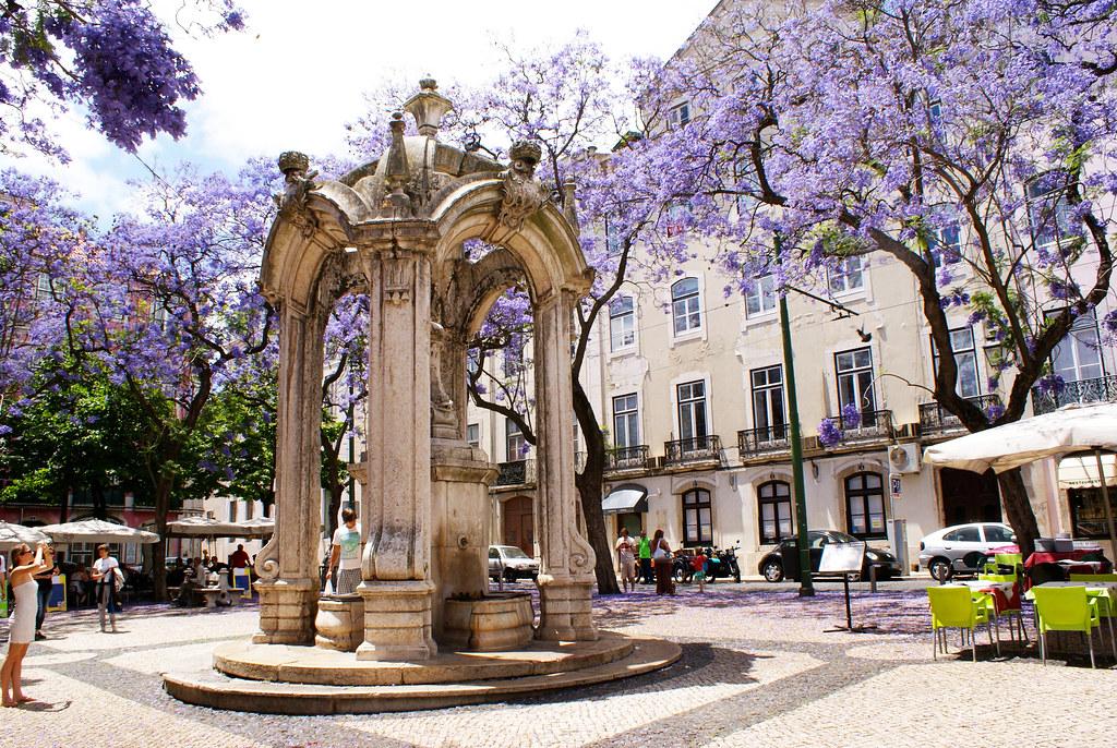 Devant l'église des Carmes dans le quartier de Chiado à Lisbonne.