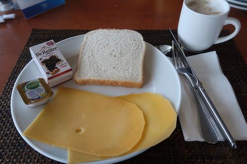 Toast mit Butter und Käsescheiben bzw. Chokoladevlocken Puur von De RuijterDe Ru