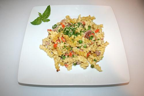 Sour cream pasta bake - Served / Sauerrahm-Nudelauflauf - Serviert