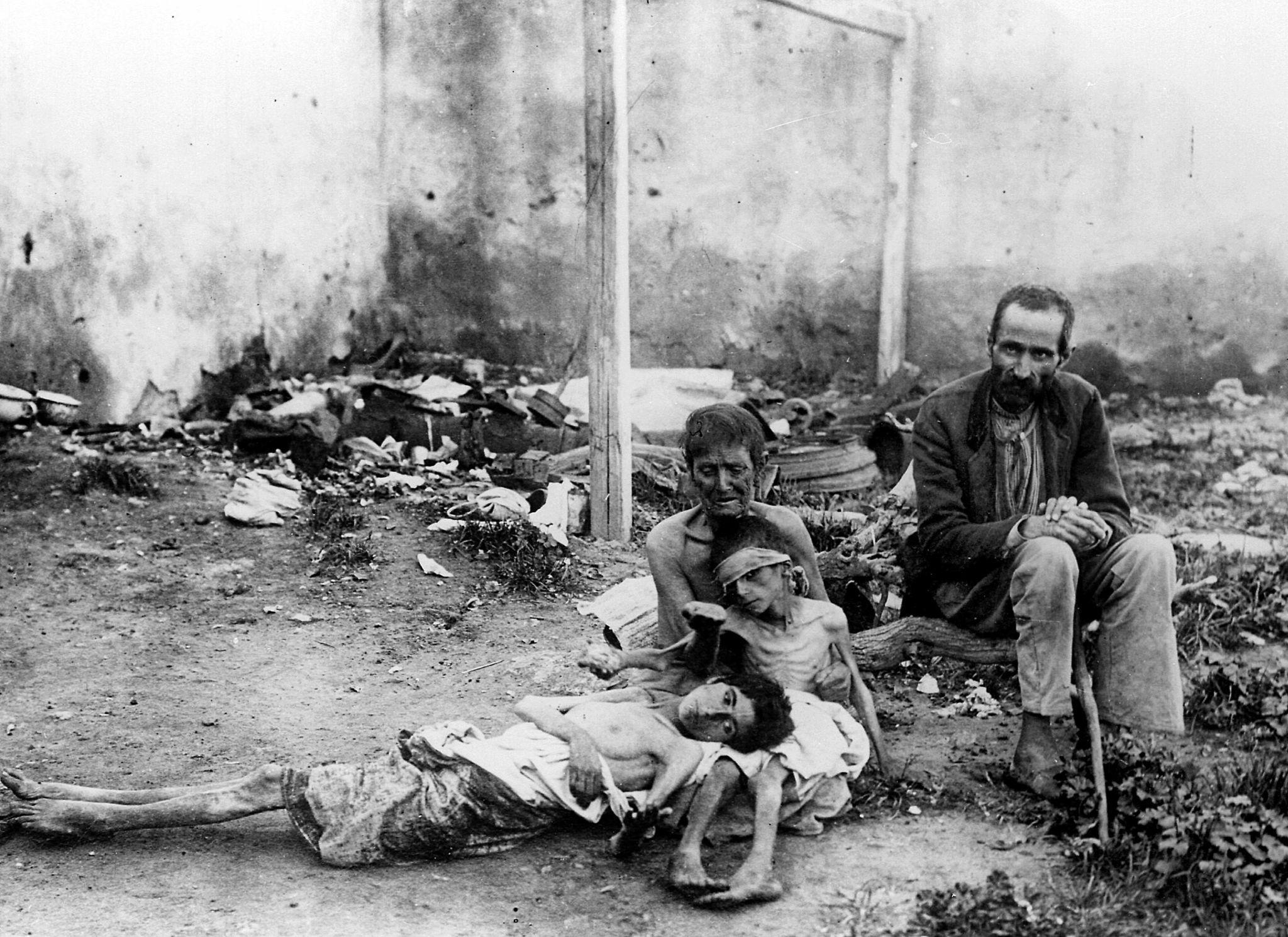 Семья умирающих от голода