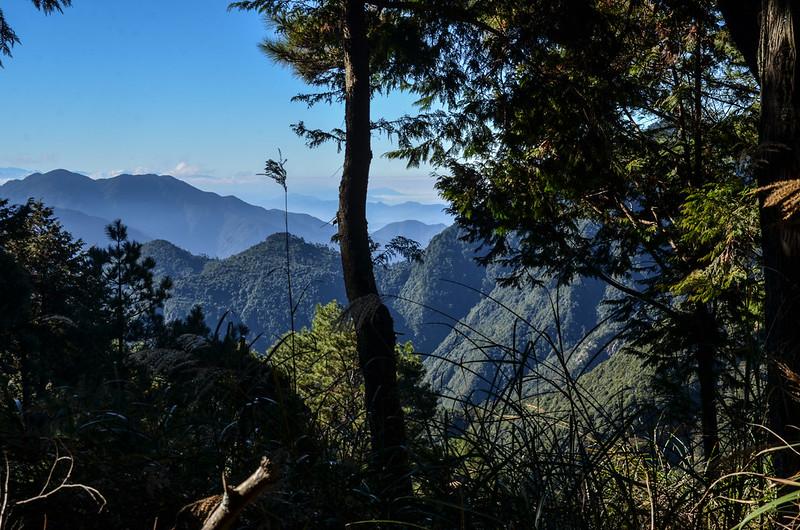 200林道俯瞰平石山(左) (1)