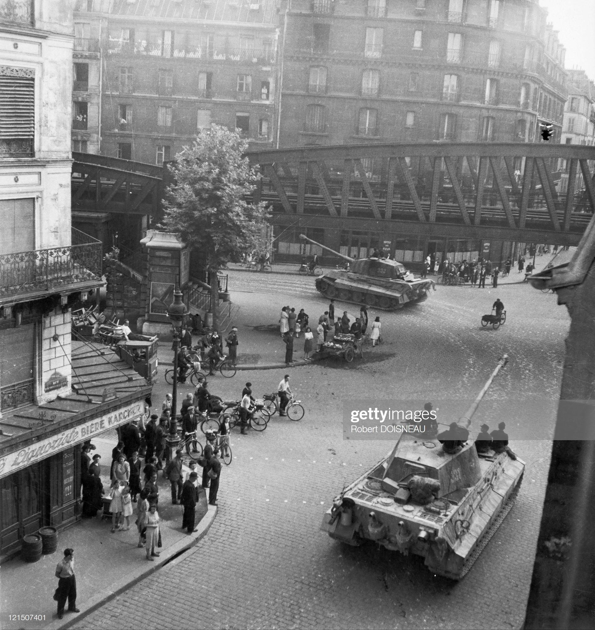 1944. Немецкие танки «Тигр II» 503-й танковой бригады отправляются из Парижа в Нормандию