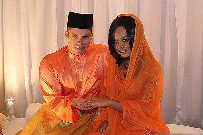 Gambar Lama Siti Sarah Bertunang Dengan Mohd Harith Fuad Robinson?