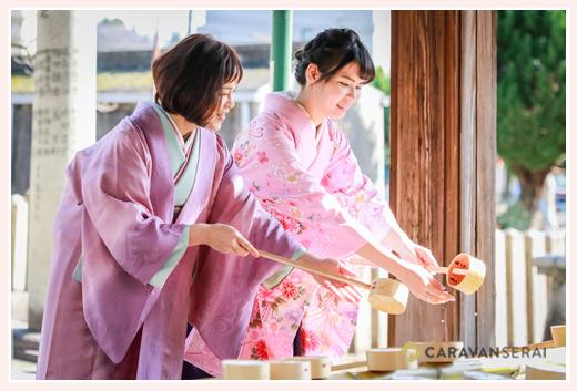 母娘でお着物 神社の手水舎で手を浄める