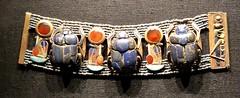 Bracelet portant trois scarabées en lapis-lazuli et les cartouches de Toutânkhamon, 1336-1326 av. J.-C.