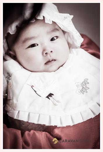お宮参り 女の子赤ちゃん モノクロ写真