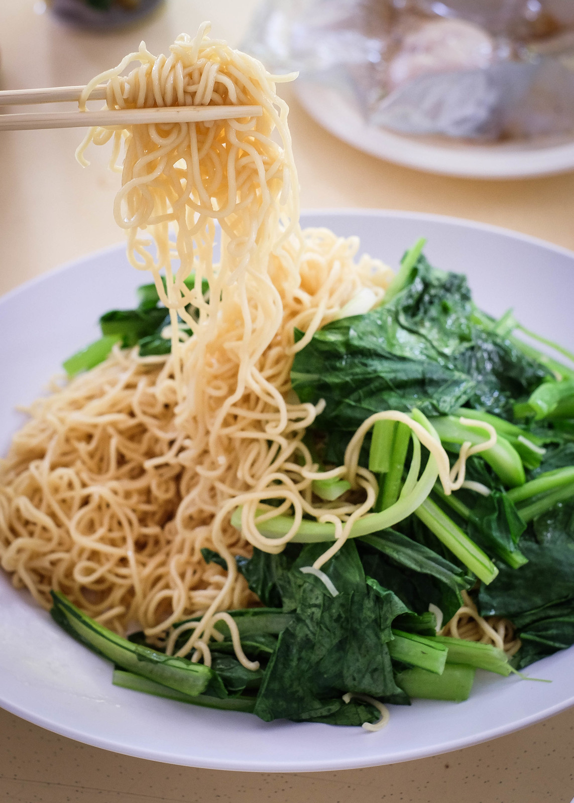 A plate of noodle and vegetable
