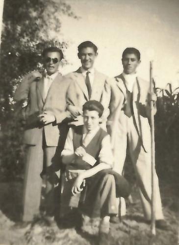 Toledo - 1947. Antonio Moragón arriba en el centro y Sánchez-Colorado debajo mostrando un papel. Colección de Pedro Sánchez-Colorado
