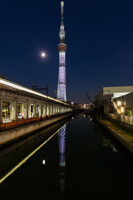 Skytree, moon and passing, Nikon D7100, Sigma 24mm F1.8 EX DG Aspherical Macro