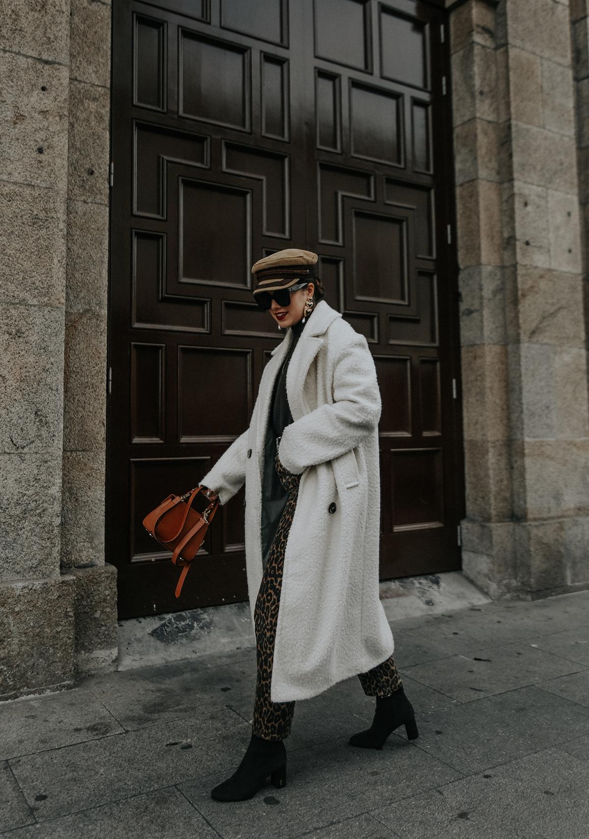 pantalones-leopardo-look-botines-ysl-streetstyle10