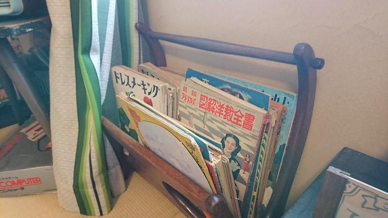 洋裁雑誌。「最新アメリカ式図解洋裁全書」という大層な題名の本と定番の「ドレスメーキング」。トヨクニコーヒーにて。