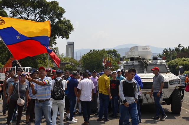 Chavistas comemoram vitória popular após 15 horas de conflito na fronteira colombiana