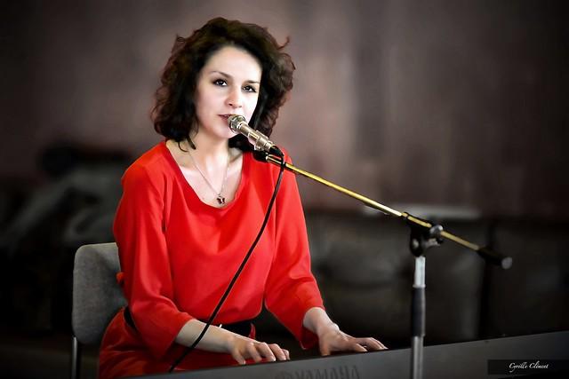 La chanteuse slovaque Andrea Bucko lors de la rencontre avec le poète Martin Solotruk