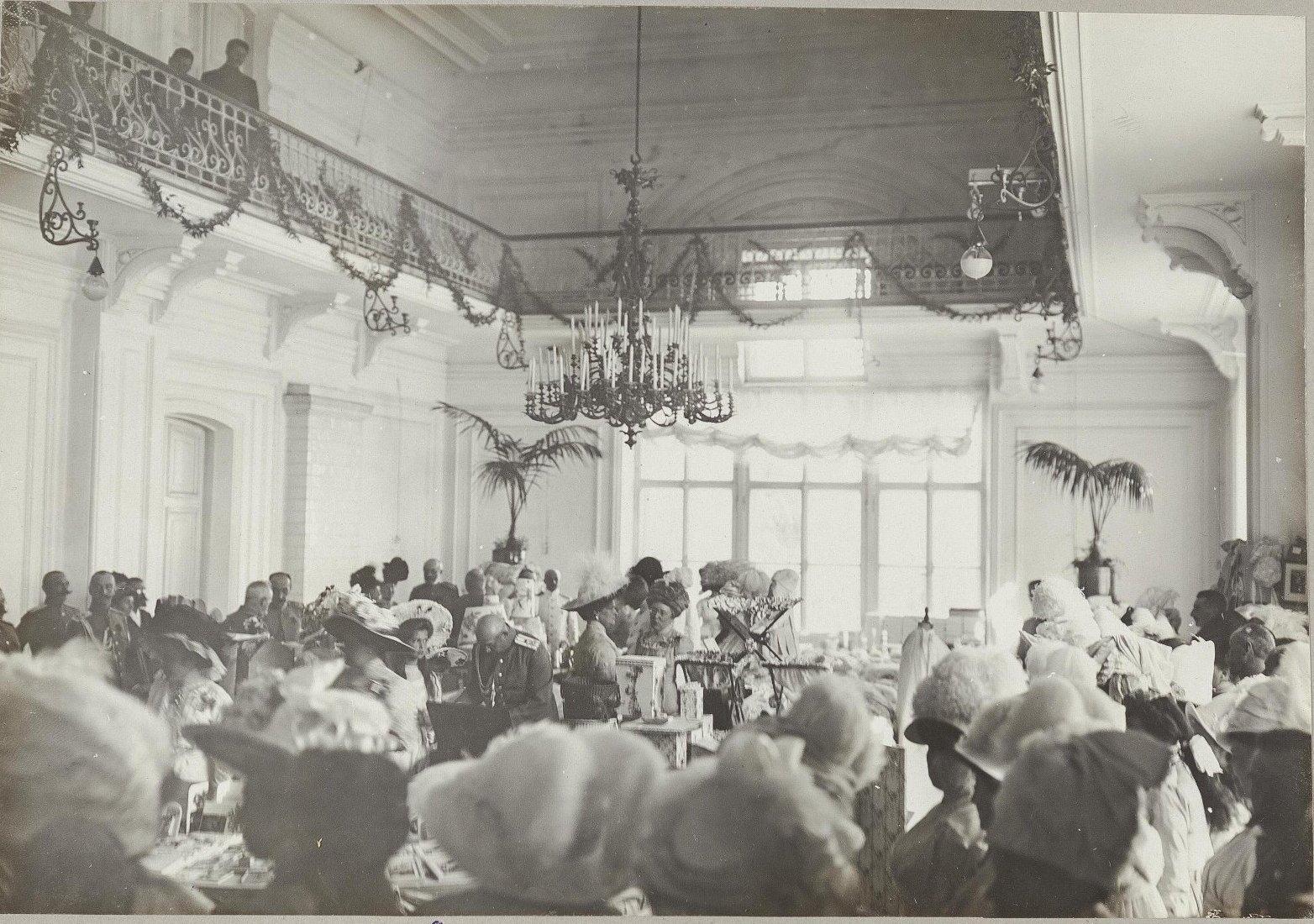 17. Императрица Александра Федоровна на благотворительном базаре