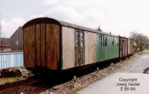 DE-01723 Wilsdruff IG Verkehrsgeschichte Wilsdruff Postwagen 979-002 (Bautzen 1908) und GGw 97-12-15 (Werdau 1910) im April 1991