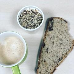 Buenos días! ☕️ Cortado.                                  ☕️ Kefir con semillas.                  ☕️  Pan de nueces y pasas. #healthyfood #desayunando #nutricion #querico #dietopuntos