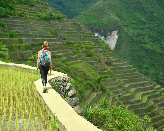 Caminando por el borde de una de las terrazas de Batad