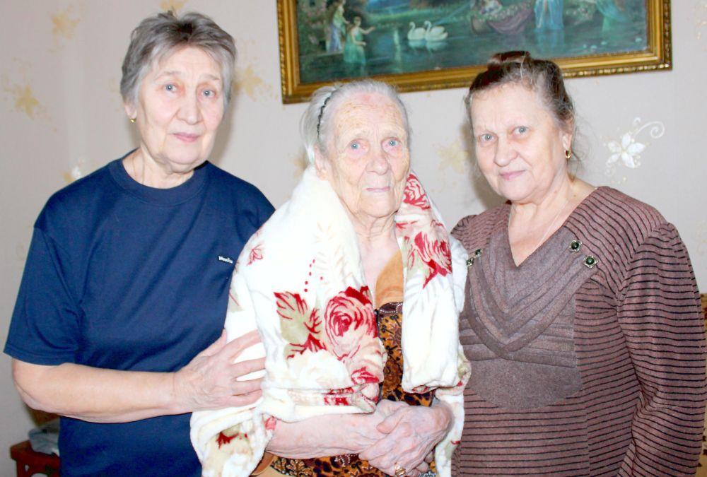 Анна Ивановна Зорина с дочерьми Валентиной (слева) и Любой (справа)