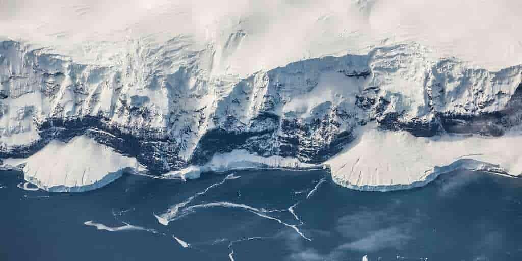 Antarctique : une cavité géante dévore un glacier