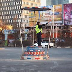 嘩!交通指揮亭簡直是歷史文物,首次見證指揮員舉手,但還是塞車啦! 【浪游旅人】https://ift.tt/1zmJ36B #bacpackerjim #streetview #bus #sovietisation #ulaanbaatar #mongolia #Улаанбаатар #монголулс