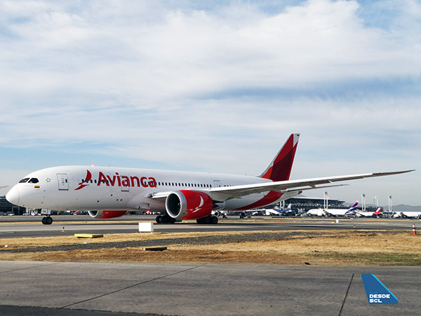 Avianca B787-8 taxiing SCL (2) (RD)