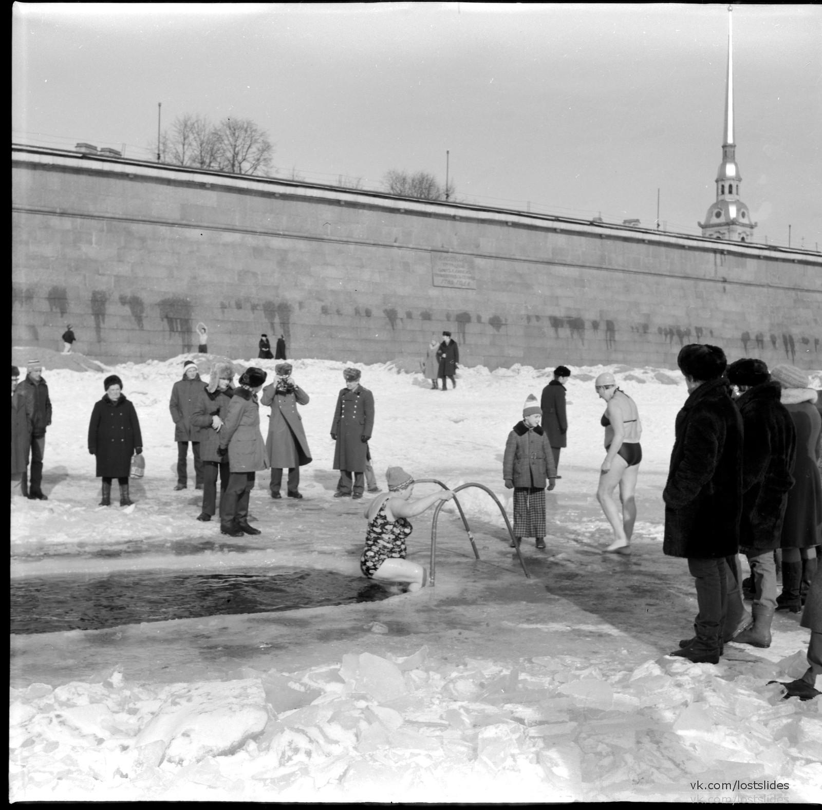 1982. Моржи у Петропавловской крепости1