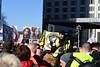 """Face aux Ours à demi léchés de la Berlinale, la gauche bien-""""penchante"""" dénonce les violences de la police française contre les """"gilets jaunes"""", la passivité de la Grosse Koalition pragmatico-inerte et le lavage de cerveau utilisé par les médias."""
