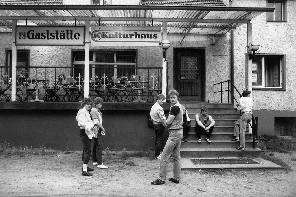 Vor dem Dorfgasthaus, Brandenburg, 1984, DDR