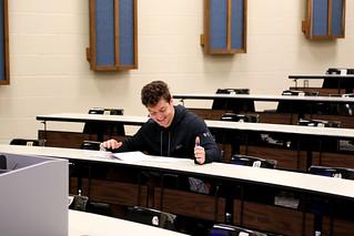 学生在教室里学习