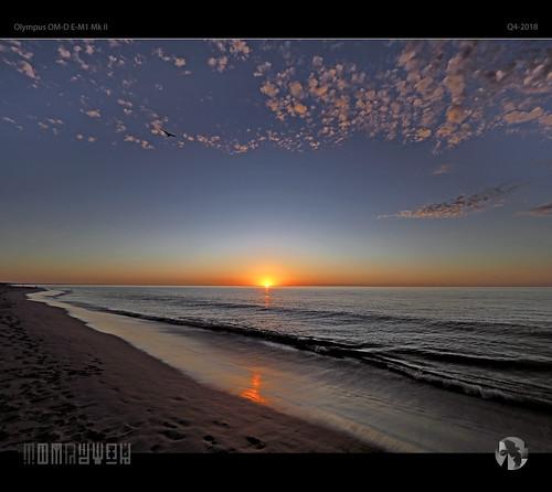 sunset bunbury beach sky clouds sun ocean waves reflections gull seagull degull flight aravenimage tomraven q42018 olympus em1mk2