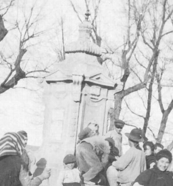 Fuente de Cabrahigos entre 1900 y 1910. Foto de Nahum Sokolow. © Central Zionist Archives / Harvard University, Judaica Division. Widener Library. Harvard College Library, W727805_3 (detalle)