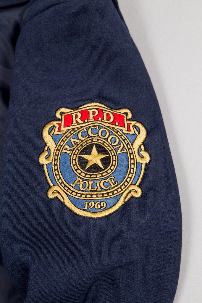 換上這件衣服,就可以跟里昂拿到一樣多的薪水嗎?! Merchoid《惡靈古堡2》里昂·史考特·甘乃迪 拉昆市警員帽T Leon Scott Kennedy R.P.D. Premium Hoodie
