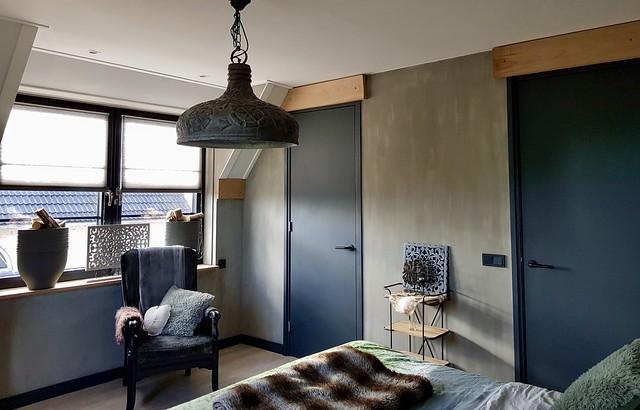 Donkergrijze deuren kalkverf muren slaapkamer
