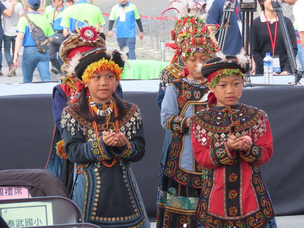 手捧故土的泰武國小學童,穿插會場。攝影:廖靜蕙