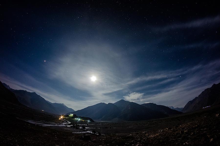 Ночевка под звездами на Крыше Мира. Вдалеке виднеется монастырь Рангдум